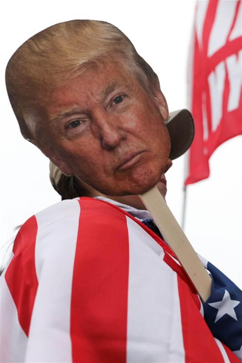 密西根州川粉走上街頭力挺川普,抗議選舉舞弊。 不過,德國《明鏡周刊》發文修理川普,稱他是2020的年度最大輸家。(路透)