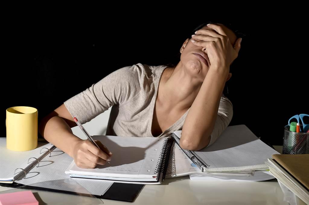 一名補習班老師遭雇主亂扣薪,她崩潰喊「連基本底薪都不到」,許多網友則說補習班環境很黑暗,還是快離開吧。(示意圖/達志影像/Shutterstock提供)
