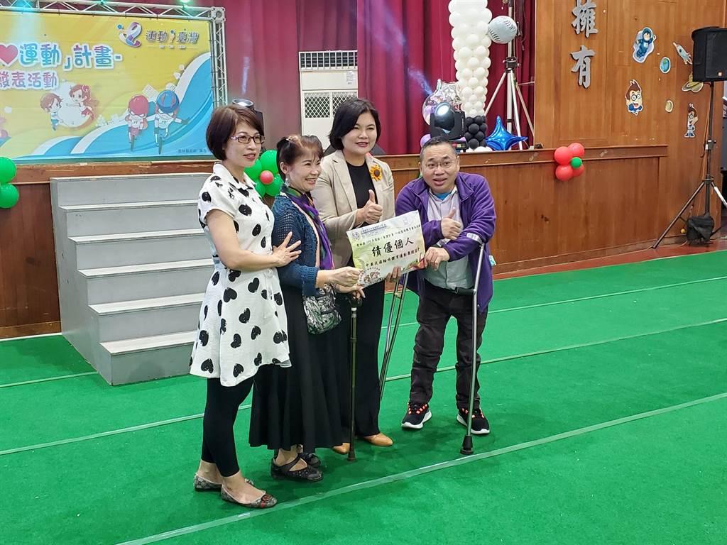 雲林縣今年有42個單位、舉行168場「運動i台灣」活動,身心障礙者也不缺席,圖為輪椅舞者接受縣長張麗善表揚。(周麗蘭攝)