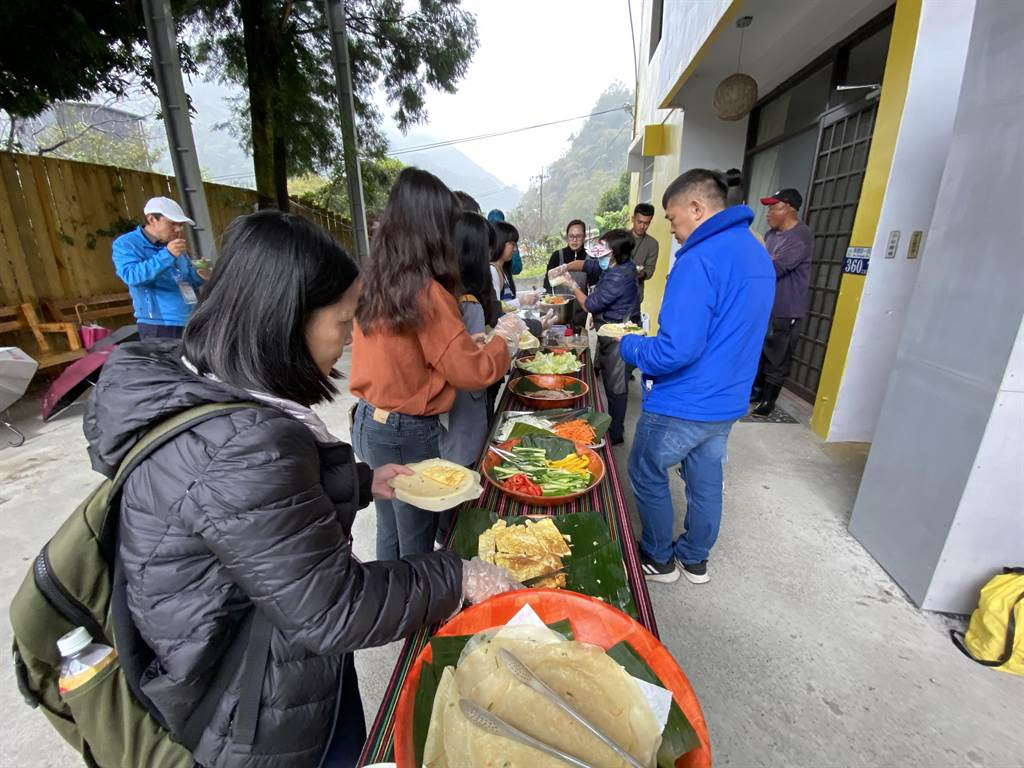 列活動還包括食農教育:創意手捲DIY,以在地野生的馬告入菜,讓遊客體驗當季新鮮食材。(馮惠宜攝)