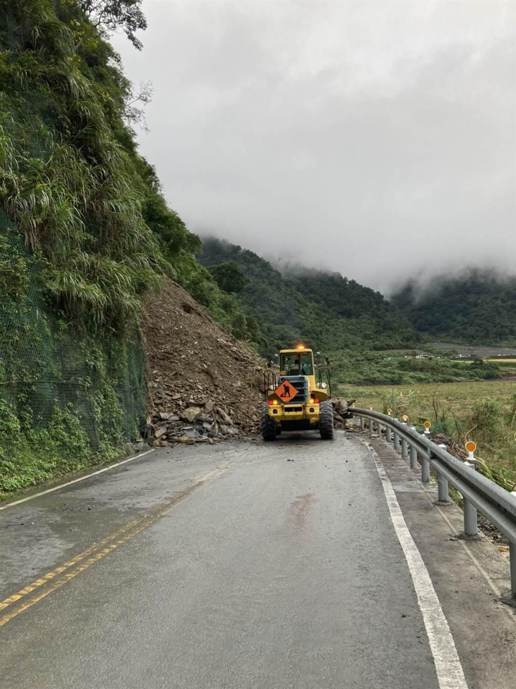 連日雨勢加上地震的搖晃,讓台七甲線7.2公里連續發生坍方災情,公路總局人員積極 搶通。(公路總局提供/胡健森宜蘭傳真)