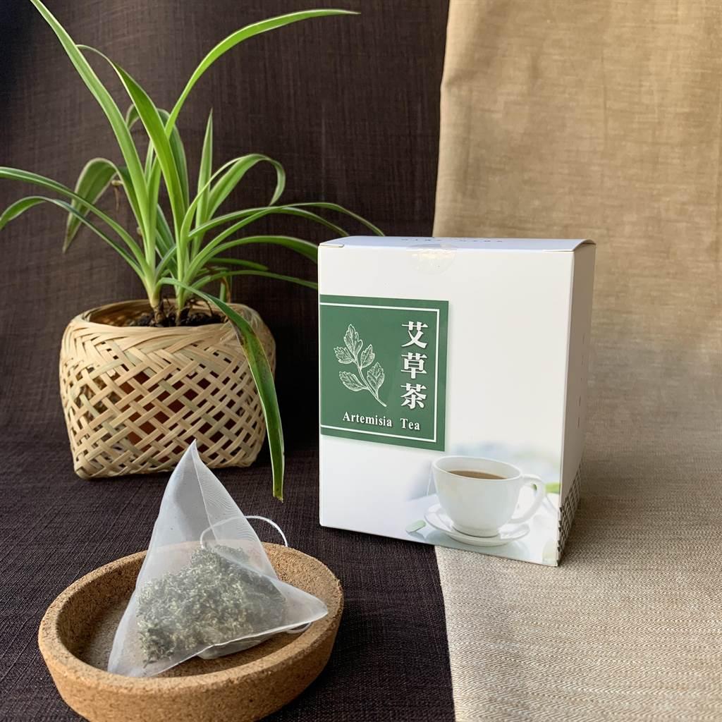 龍潭區高原社區發展協會近期使用自產無毒艾草,製作鎮神又排毒的艾草茶包。(黃婉婷攝)
