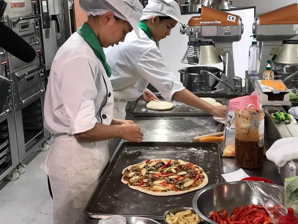 至善高中推特色原民料理,將天然香料馬告、刺蔥入菜,完成一道道具部落風味的餐點。(黃婉婷攝)