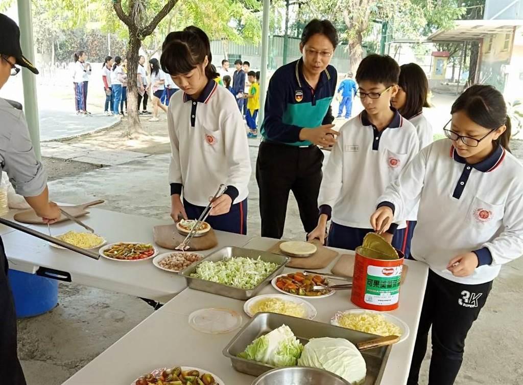 官田國小學生以自種的蔬果自製獨一無二的披薩。(官田國小提供/劉秀芬台南傳真)