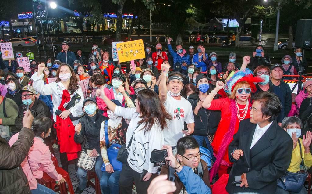 活動現場聚集上百位民眾支持。(吳松翰攝)