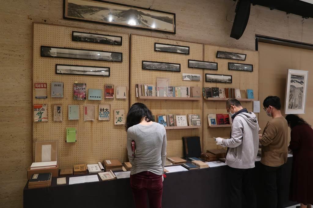 將在13日舉辦的「清風似友」台北古書拍賣會,11日起舉辦兩天預展,許多喜歡絕版詩集的民眾來挖寶。(許文貞攝)