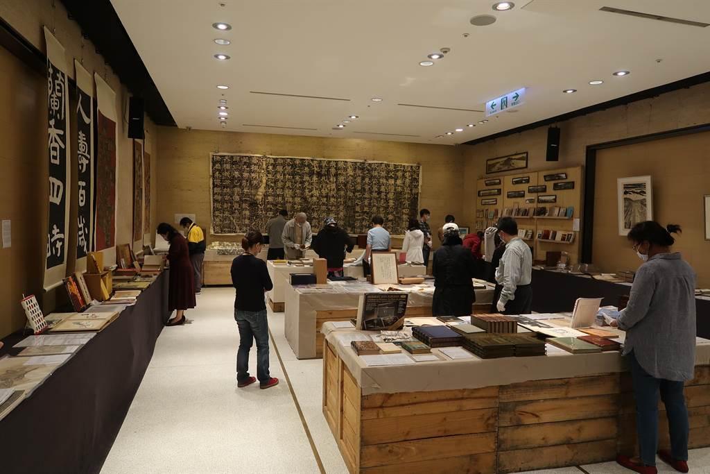 將在13日舉辦的「清風似友」台北古書拍賣會,11日起在誠品信義店3樓舉辦兩天預展。(許文貞攝)
