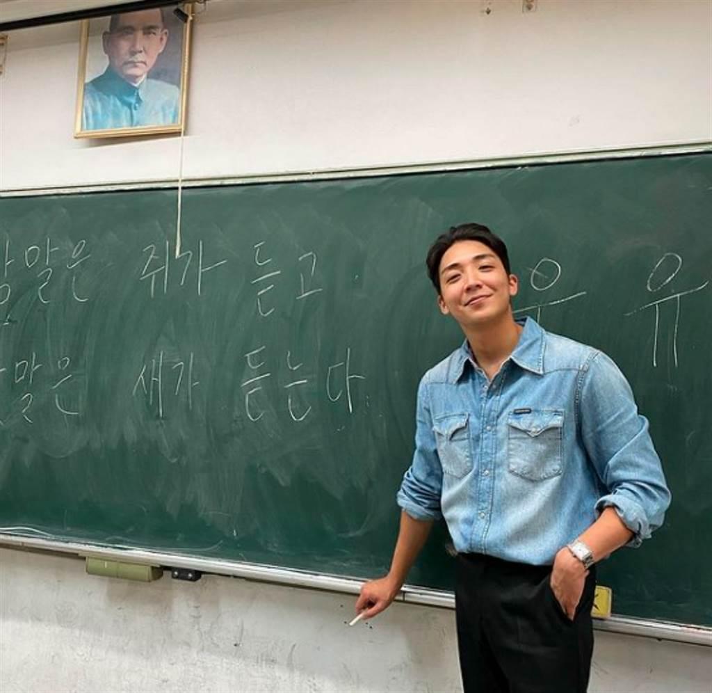 從南韓來台的帥哥老師金炳秀。(圖/ 摘自金炳秀IG)