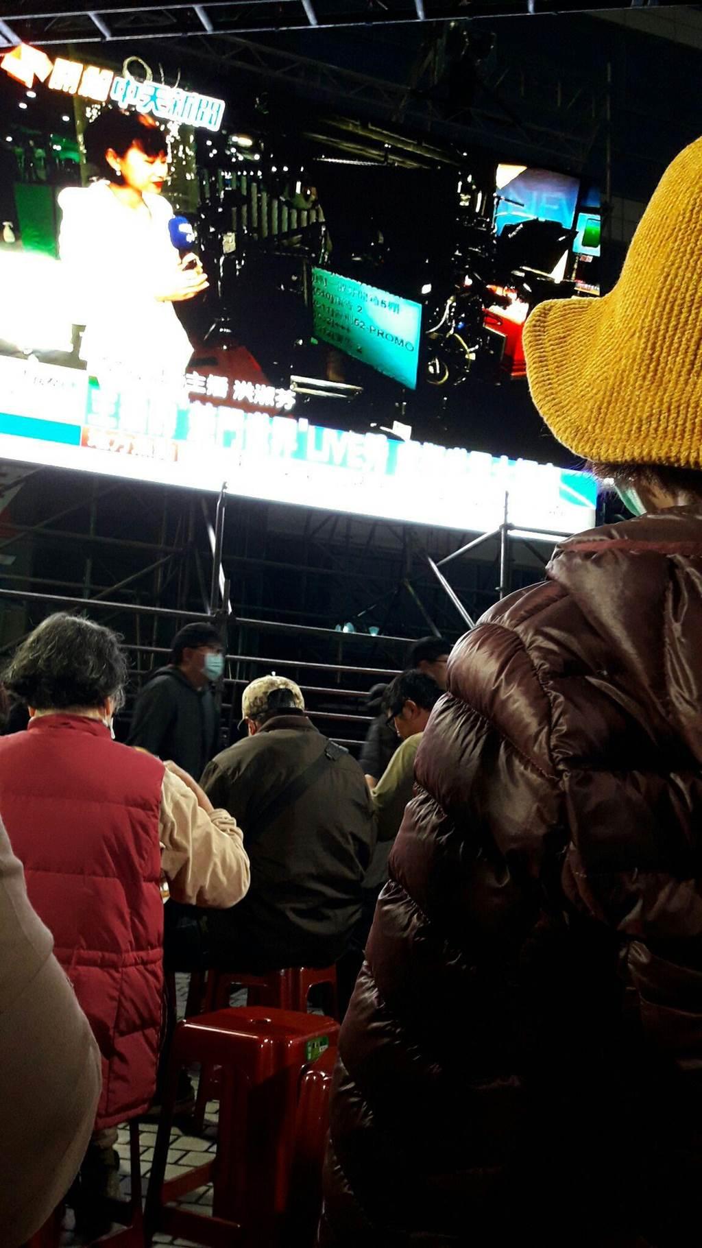 隨著52頻道結束倒數時刻逼近,入夜後,有愈來愈多「觀眾」從家裡的電視機前,走到了中天新聞大樓外,所有人都變成了對新聞自由、民主人權的「支持者」。(朱真楷攝)