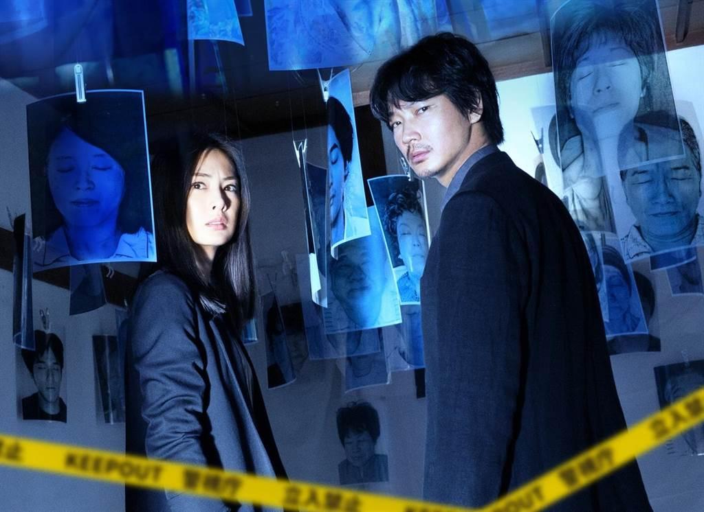 綾野剛和北川景子在《死亡醫生的遺產》攜手辦案。(龍祥電影提供)