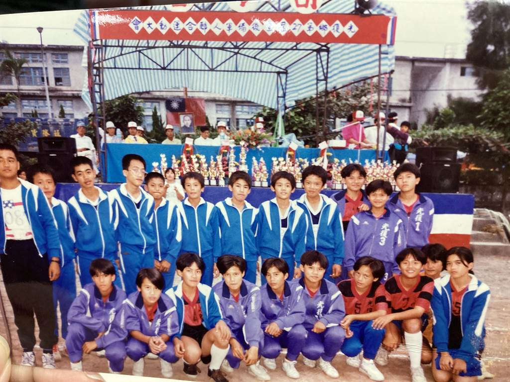 光復國小少棒舊照片,周思齊(藍色外套上排右一)、曹錦輝(藍色外套上排右四)。(鄧心瑜翻攝)