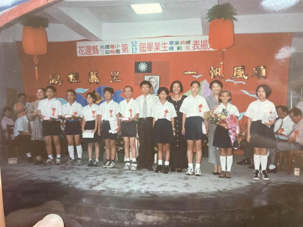 光復國小少棒舊照,高國輝(左五)上台領獎。(鄧心瑜翻攝)