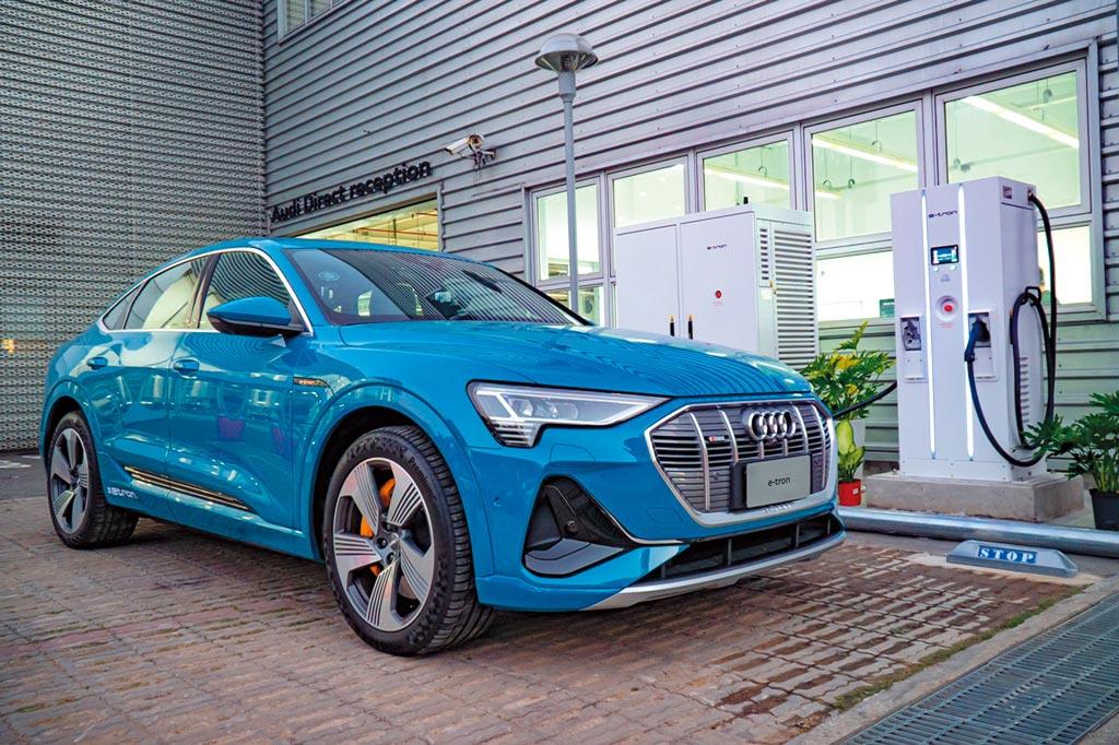 迎接純電嶄新世代,台灣奧迪轟動導入全新Audi e-tron純電豪華車,建議售價304萬元起。圖 /業者提供
