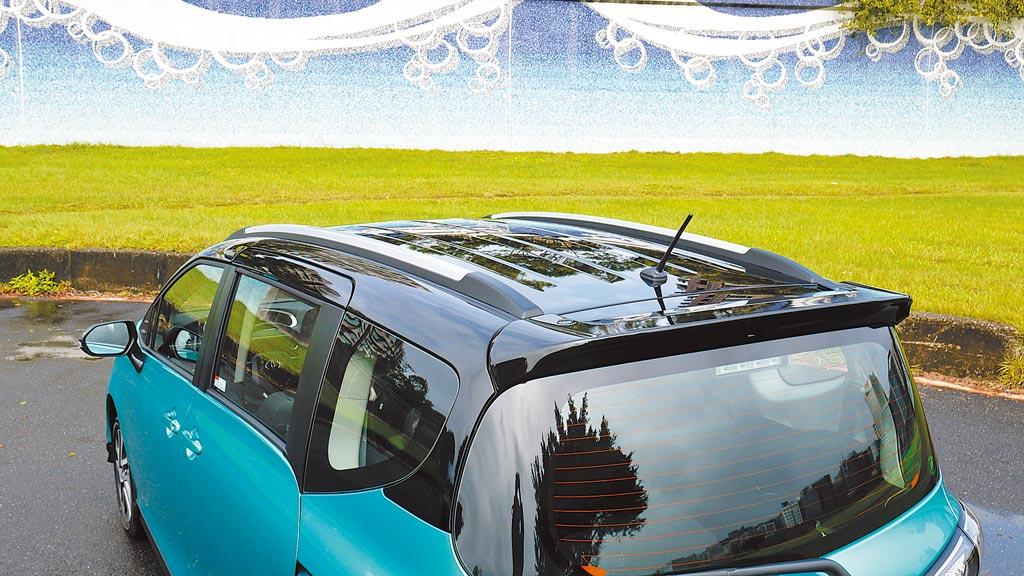 試駕車選配了運動化車頂飾條及黑色車頂,使車身平增幾許offroad休閒風格。圖/于模珉