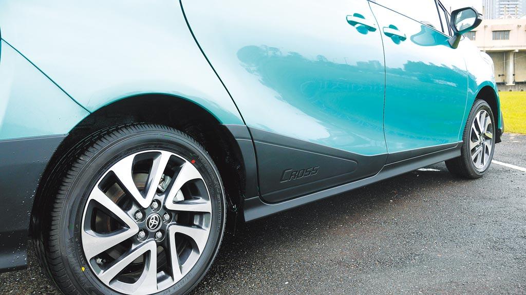 車側賦予霧黑防刮車門飾板及側裙,搭配16吋雙色鋁圈,跨界休旅格調更濃烈。圖/于模珉