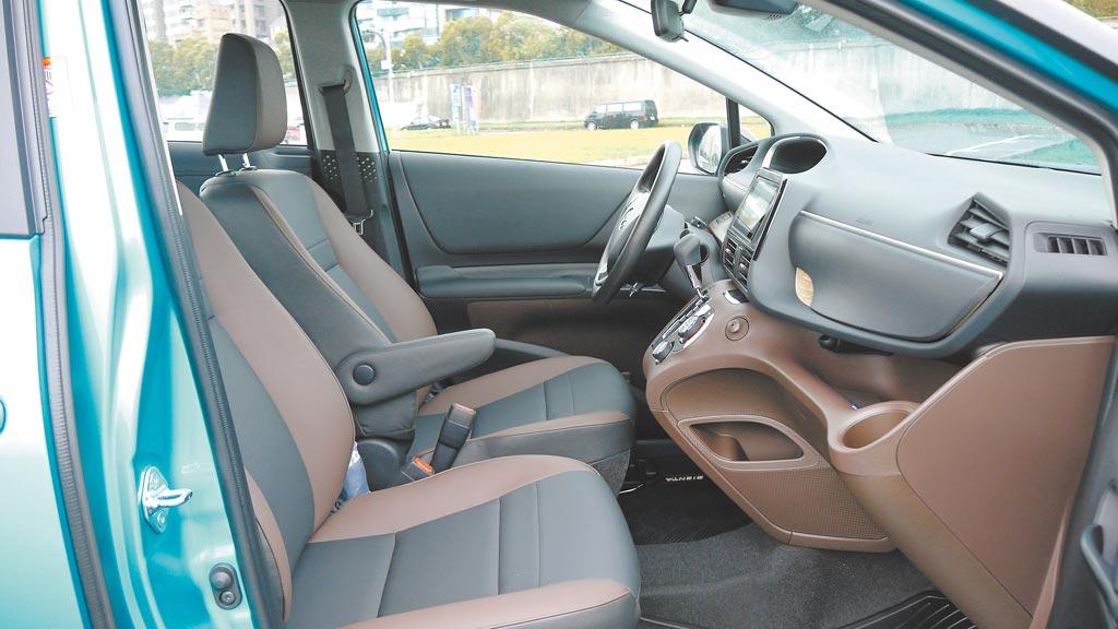 SIENTA CROSSOVER內裝特採黑棕雙色多層次鋪陳,車室質感更升級。圖中可見駕駛座專屬扶手。圖/于模珉