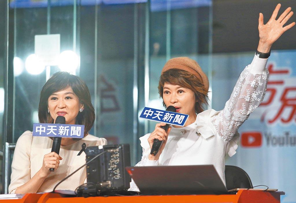 中天主播盧秀芳(右)與周玉琴(左)一同在中天大樓一樓播新聞。(王英豪攝)