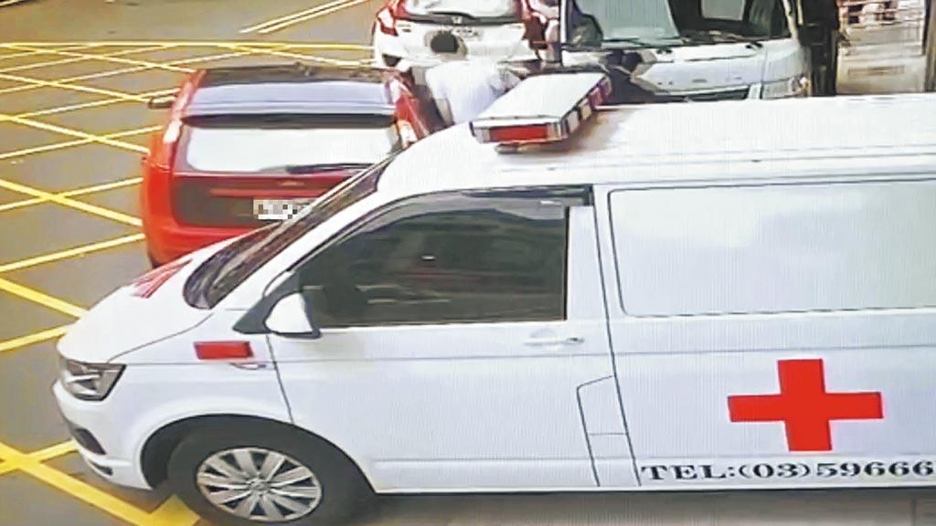 彭男壓制警察製造空隙,讓通緝犯籍斯瀚搭上陳姓女友駕駛的紅色汽車,逃離醫院。(翻攝照片/莊旻靜新竹傳真)