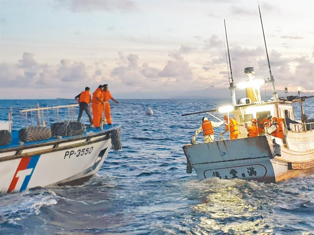 屏東地檢署10日宣布破獲重大毒梟運輸海洛因磚324塊(共重約126.435公斤)案,在公海攔截販毒漁船億豐滿號,登上漁船臨檢,並押返位於後壁湖執行搜索。(屏東地檢署提供)