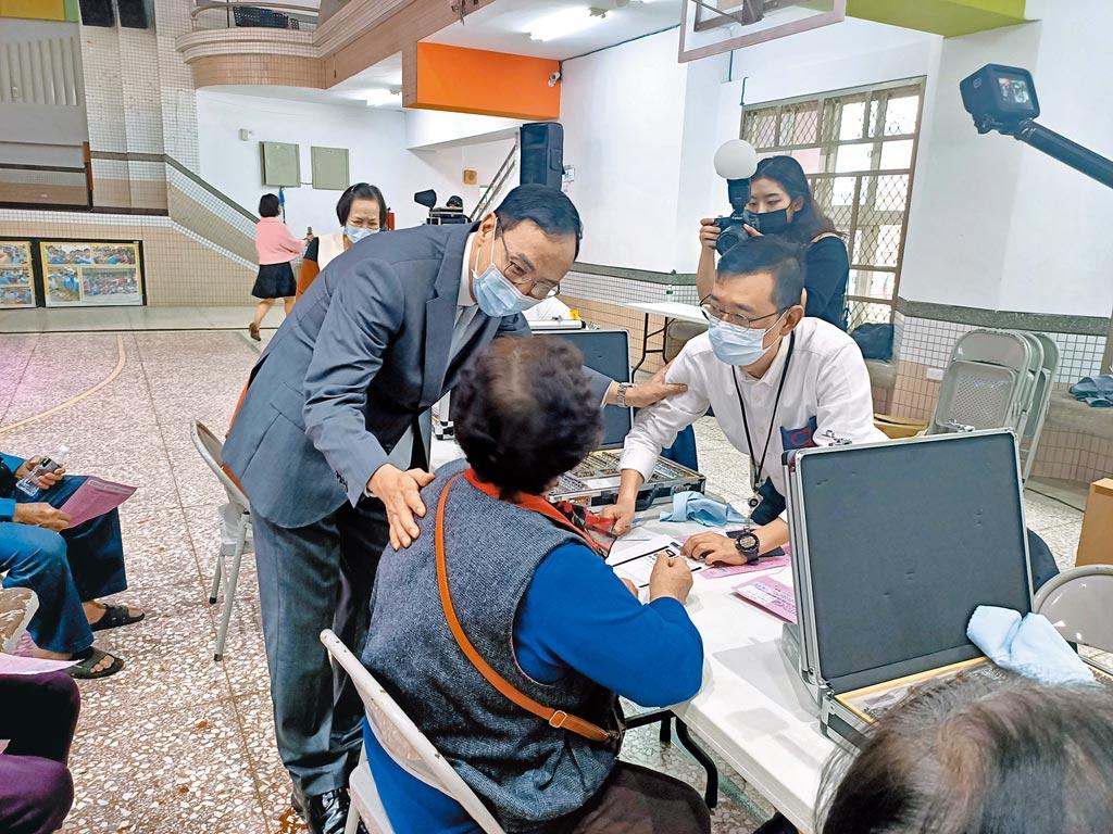 前新北市長朱立倫(左)10日到宜蘭參加免費敬老眼鏡成果展,與長者親切互動。(胡健森攝)