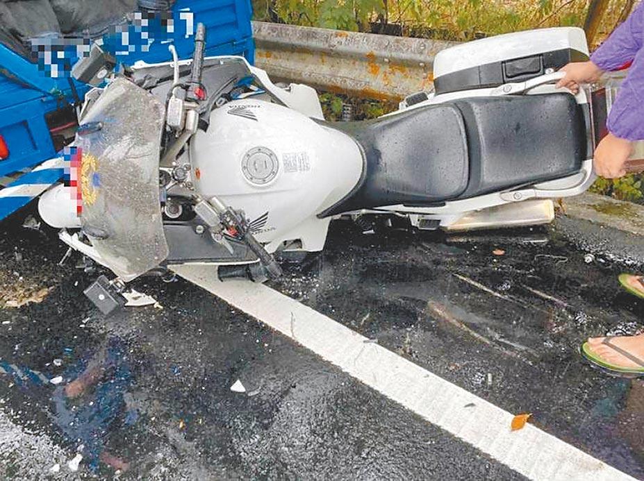 有網友質疑台16線水里鄉路面進行瀝青活化劑效能測試才釀成車禍;公路總局信義工務段駁斥該傳言。(民眾提供/黃立杰南投傳真)