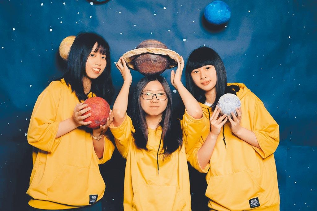 樹德科大動遊系學生以《化羽》動畫在日本「DigiCon6動畫與短片競賽」評選,奪得「台灣區金獎」殊榮,圖左起為柯雅琪、吳盈潔、張敬恩。(樹科大提供/林瑞益高雄傳真)