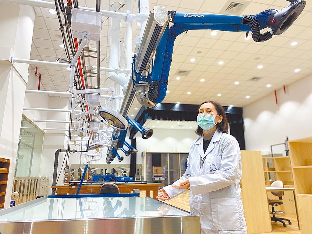 台南市美術館設立美術科學研究中心,引進多項科學檢測儀器,除了維護修復自家藝術品,也對外承攬藝術品文物檢測。(曹婷婷攝)