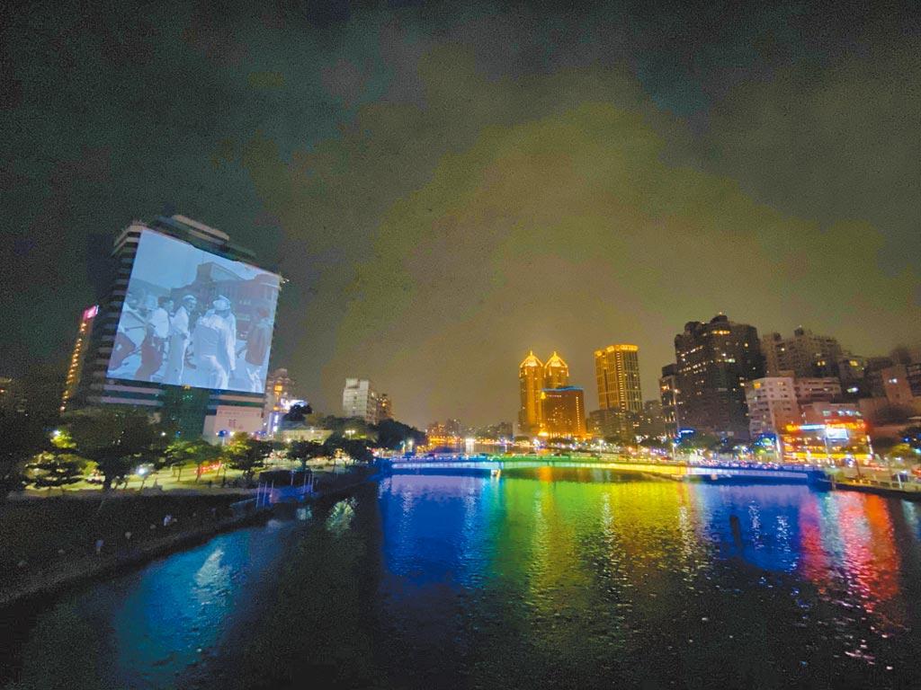 愛河出海口旁的大元國際大樓化身「百年視窗」,播映珍貴老照片。(林宏聰攝)