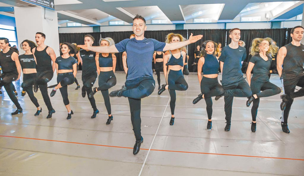 團長詹姆士基根(中)領近百位舞者展開環台巡演。(吳松翰攝)