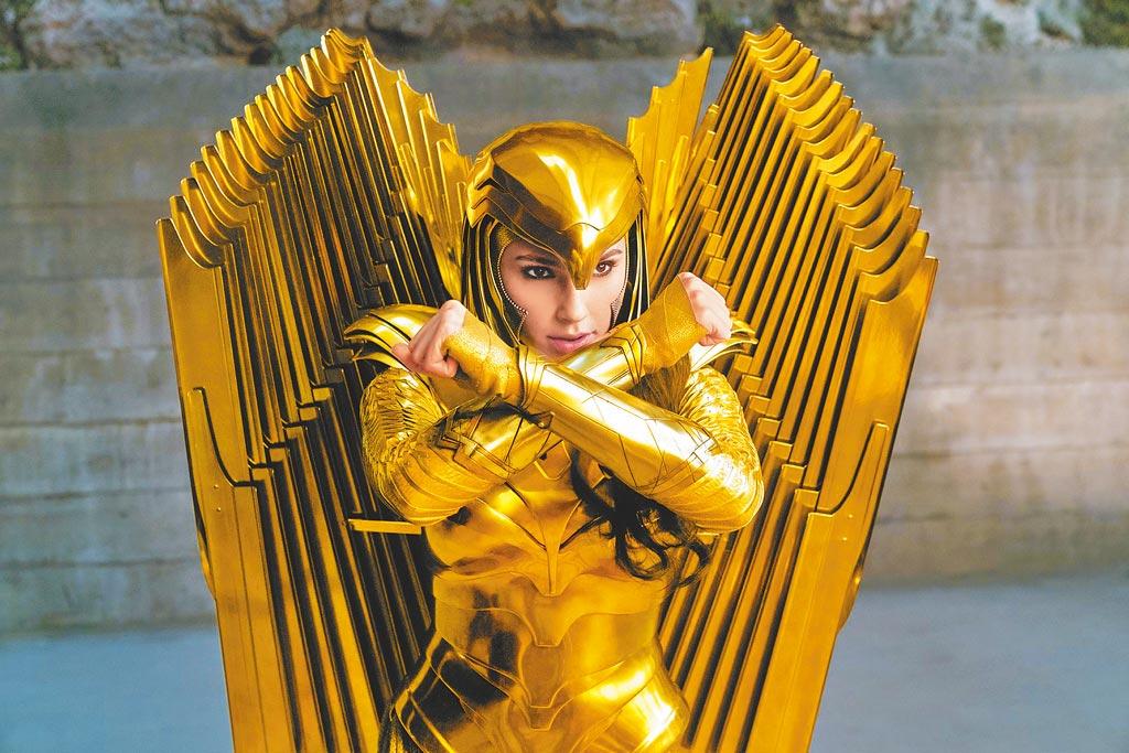 蓋兒加朵在《神力女超人1984》披上新戰袍。(華納兄弟提供)