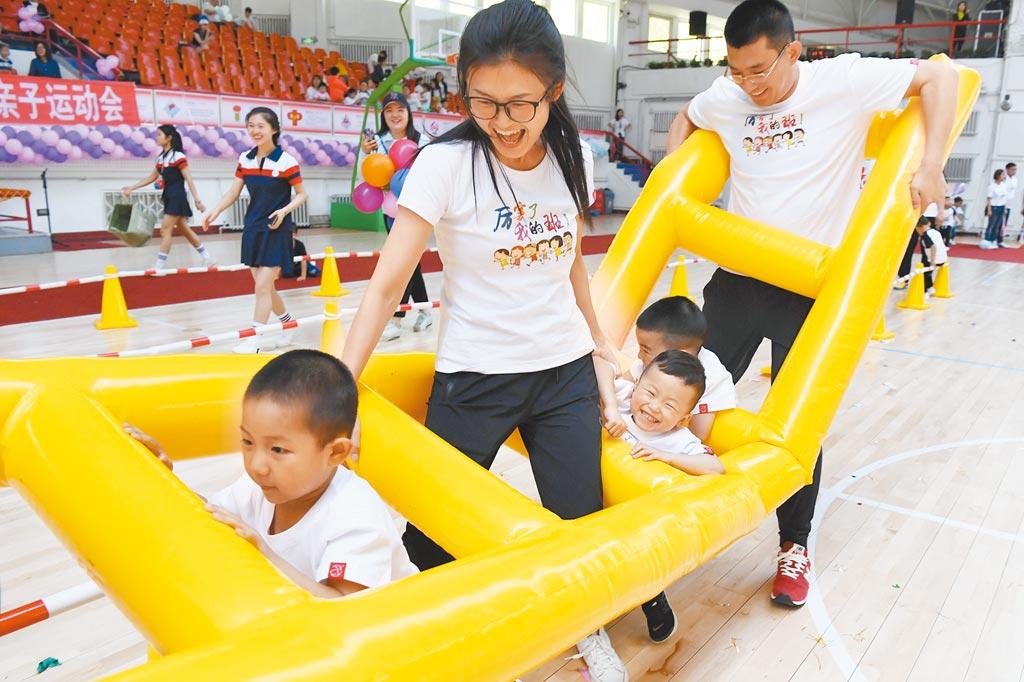 小朋友和家長參加親子運動會比賽。(新華社資料照片)