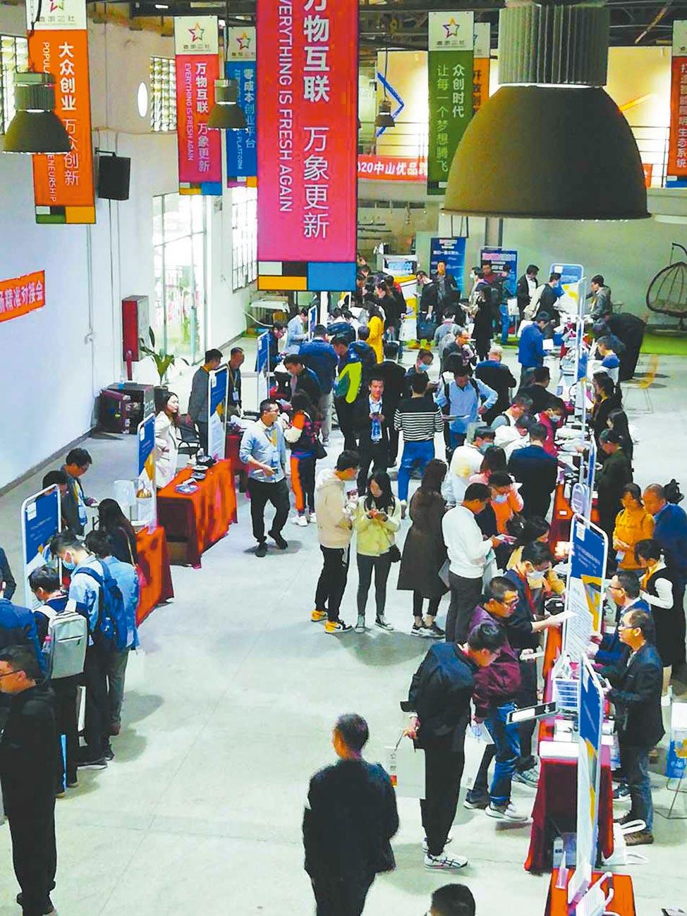首屆「跨境電商選品會照明燈具專場對接會」現場。 (柯頌攝)