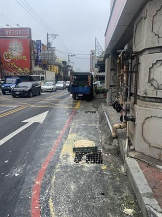 中坜街头充满「蛋蛋的哀伤」 行人险些滑倒