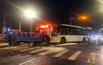 公車撞小貨車 豆渣灑滿地 3人傷