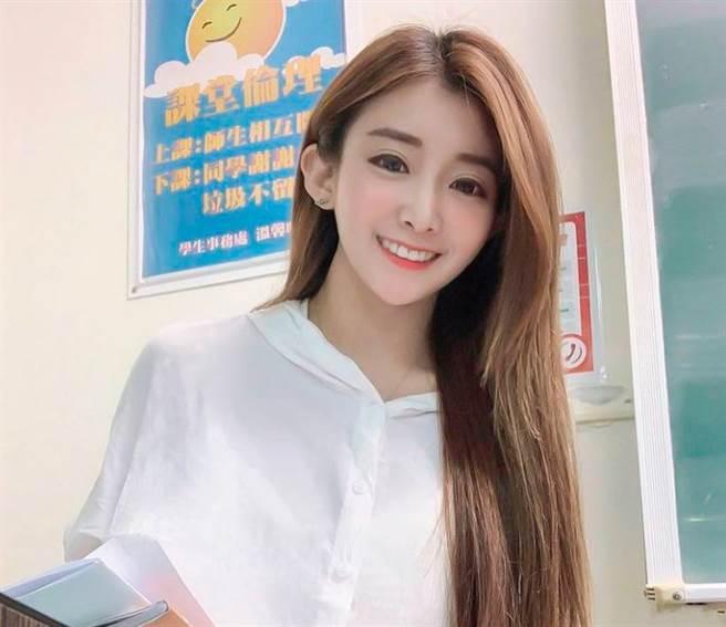 小花在大學當英文講師,有最美女師稱號。(圖/翻攝自IG)