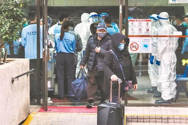 香港九龍灣麗晶花園第6幢累計7例確診,居民登上由衛生署安排的車輛,前往隔離營。(中新社)