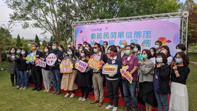 溫暖社福幸福傳遞,台中市社會局表揚46績優團體。(盧金足攝)