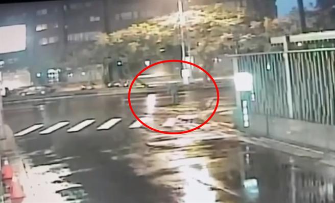 台北市天母今(11日)清晨一位老婦過馬路,慘遭19歲青年開車撞死。(民眾提供/戴志揚翻攝)