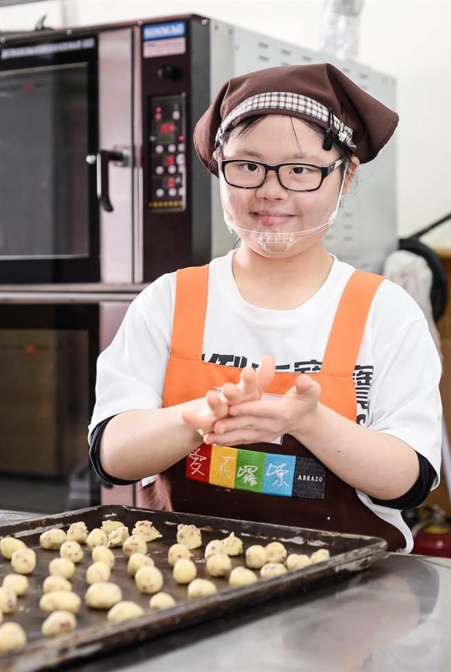 爱不啰嗦庇护工场的庇护员工揉捏制成饼乾。(新北市劳工局提供/许哲瑗新北传真)