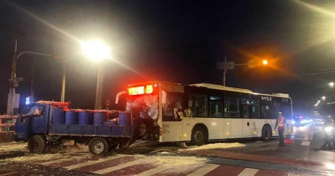 台中霧峰區今天清晨發生公車撞小貨車意外,豆渣散落滿地,且造成2名駕駛以及1名乘客受傷。(圖/民眾提供)