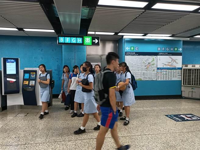 香港私立大学因为少子化,反送中及疫情等多重因素,今年招生严重不足,图为香港地铁内学生(简立欣摄)