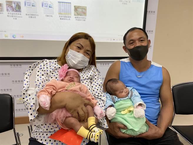菲律宾的Laura和先生Benny结婚17年不孕,今年初来台接受「第4代AI人工智慧试管技术」成功植入两囊胚即成功着床发育,10月间诞下龙凤胎。(冯惠宜摄)