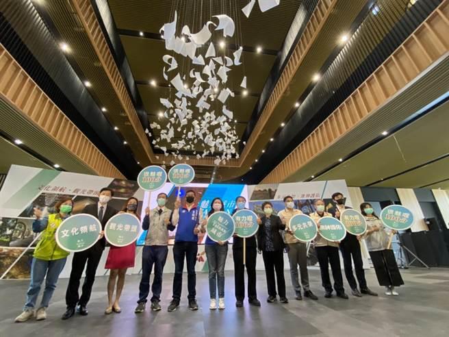 台南市长黄伟哲率文化局、观旅局等局处,今日在启用在即的台南市图书馆新总馆举办「魅力城市」年终记者会。(曹婷婷摄)