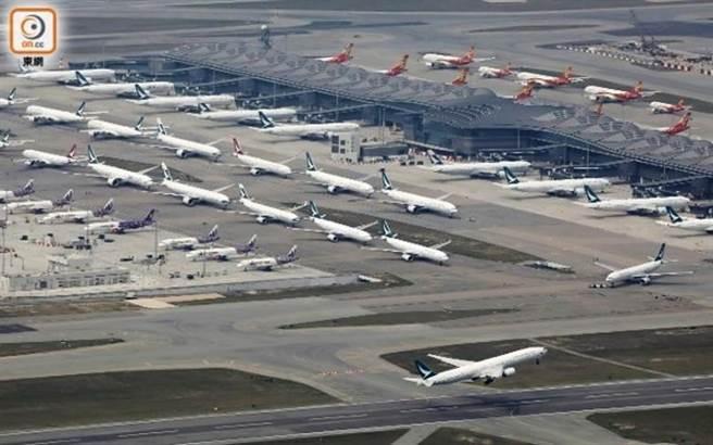 疫情爆發後香港國際機場內大量飛機停飛。(東網)