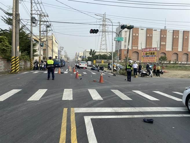 劉姓男子駕駛自小客疑似身體不適駕車衝撞前方5部重機車,造成現場6位民眾受傷,分送醫院救治。(警方提供/林雅惠高雄傳真)