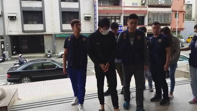 警方將籍男一行人帶回竹北,了解案情始末。(莊旻靜攝)