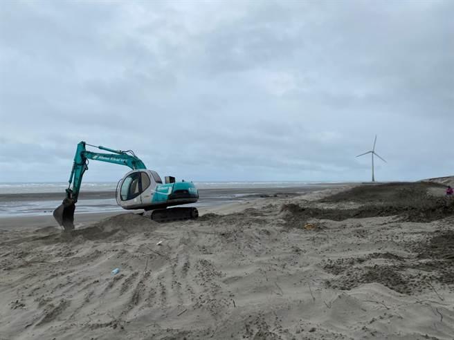 大安五甲漁港周遭因東北季風侵襲致風沙大,居民苦不堪言。(陳淑娥攝)