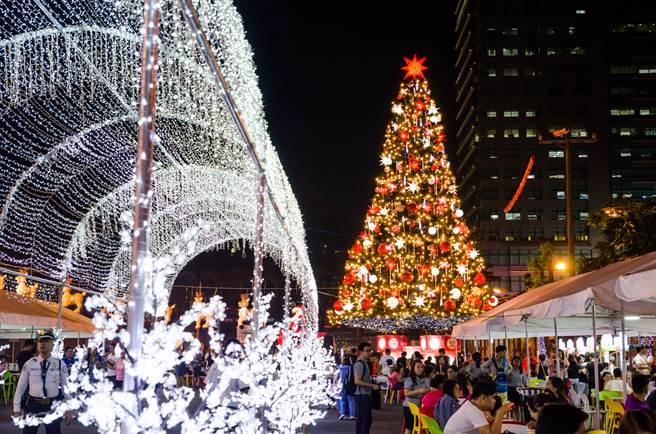 菲律賓有八成以上人口是天主教徒,因此很重視聖誕節,圖為菲律賓昆頌市的聖誕節景象。(圖/shutterstock)