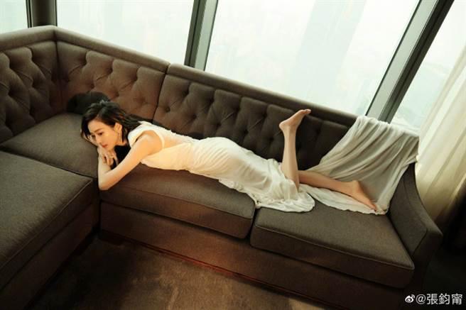 張鈞甯的紅毯禮服知性又不失女人味。(圖/微博@張鈞甯)