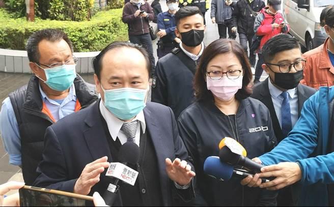 蘇震清妻子廖靖汝(右)、律師許惠峰(左)今赴台北地院自訴檢方變造或湮滅證據、偽造文書。(黃捷攝)